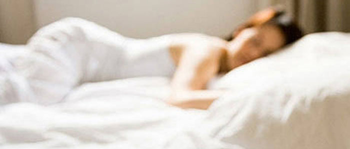 Erholsamer Schlaf - eine Frau schläft sich glücklich