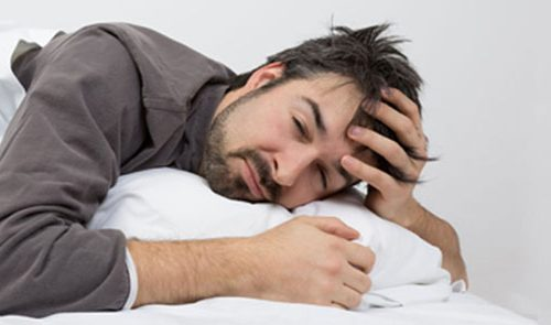 Ein Mann kämpft mit Schlafstörungen