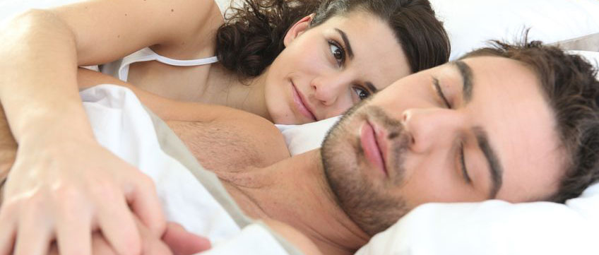 Eine Frau toleriert das Schnarchen ihres Mannes