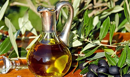Karaffe mit Olivenöl